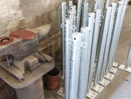 Rammschutzpfosten aus feuerverzinktem Stahl rotweiß zum Aufdübeln